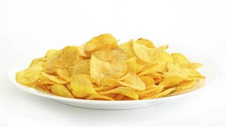 METTET FETT: Nordmenn får fortsatt i seg for mye mettet fett. Dette finner vi blant annet i snacks, sjokolade, kjeks, pølser og kaker. (Foto: Illustrasjonsbilde / Colourbox/)