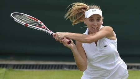 Elena Vesnina i førsterundekampen mot Venus Williams i Wimbledon. Vesnina vant overraskende. (Foto: MIGUEL MEDINA/Afp)