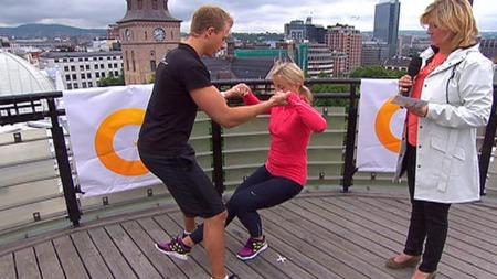 Fagansvarlig i akademiet for personlig trening, Martin Norum, demonstrerer hvordan man kan trene sammen med en partner.