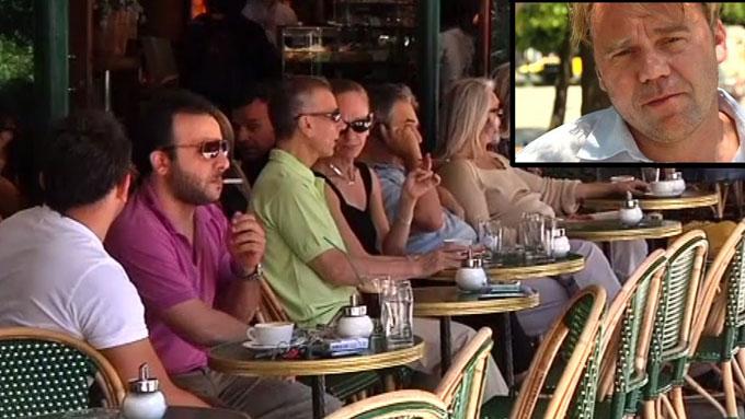 KRITISK: TV 2s reportasjeteam bestående av journalist Øystein Bogen og fotograf Aage Aune har tatt et personlig skråblikk på de mørkere sidene av den greske folkesjelen. (Foto: Scanpix/Aage Aune/TV2)