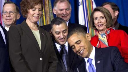 OPNAR: Her opnar president Barack Obama for homofile i Det amerikanske forsvaret. Krigshelt og homo Eric Alva står bak presidenten og bivånar den historiske hendinga. (Foto: Scanpix)