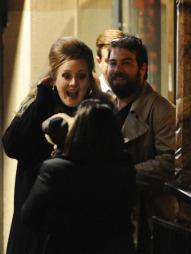 LYKKELIGE: Adele er for tiden sammen med Simon Konecki.  (Foto: KGC-102)