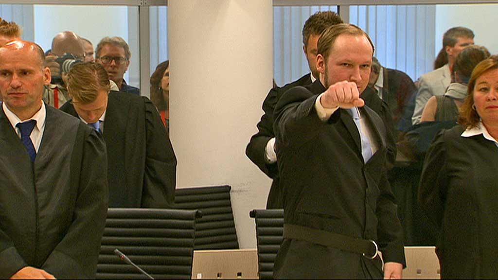 GJORDE HILSEN: Etter at aktor Svein Holden leverte konklusjonen om strafferettslig utilregnelighet, foretok Breivik en hilsen i retten.