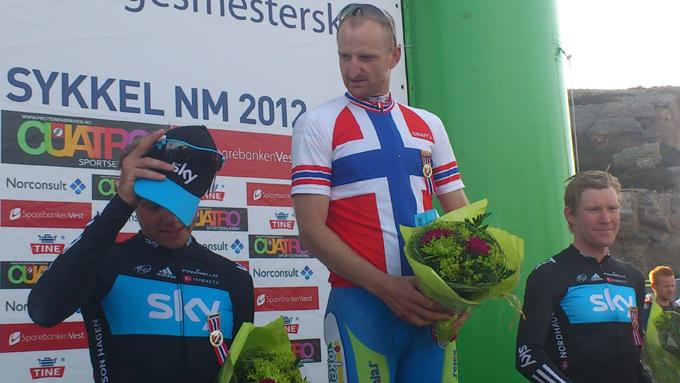TOPP TRE: NM-vinner Reidar Borgersen ser mot Edvald Boasson Hagen. Til høyre står Lars Petter Nordhaug, som tok bronsen. (Foto: Mars Wedervang)