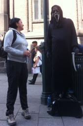 OPPFØLGING: Elana Roxana Razmos er daglig i dialog med rumenere som står på gaten. (Foto: Morten Michelsen Berg / TV 2)