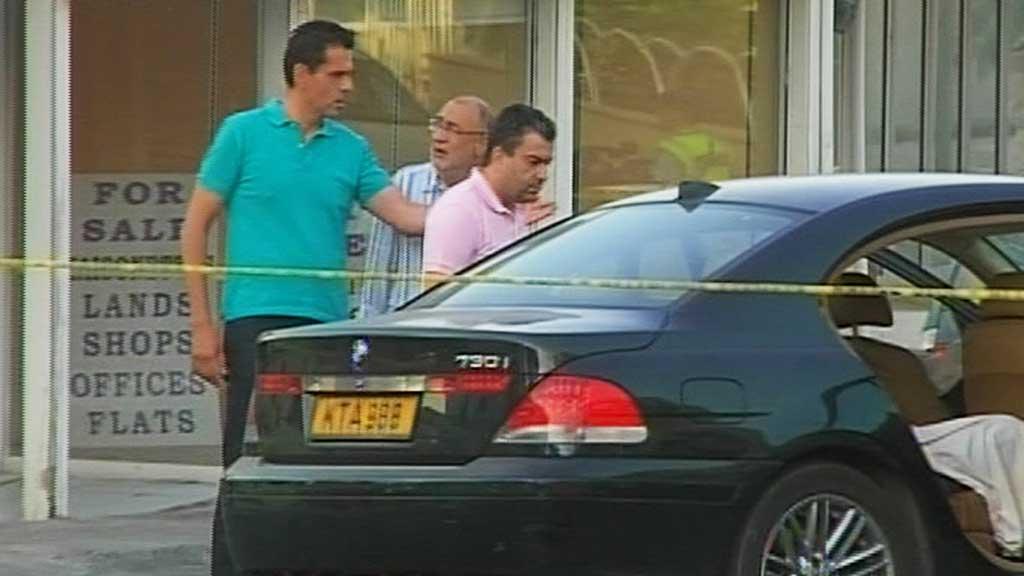 FEM SKUTT: De fem livvaktene satt i denne BMW-en da de ble angrepet  av det som trolig er mafiamedlemmer. (Foto: CBC)