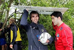 I mai 2005 ble spillerne i Lyn overrasket av tordenvær under trening. De søkte ly under et tre, med en papp-plate som paraply. Helt feil, de skulle kommet seg i hus. (Foto: Heiko Junge / SCANPIX)