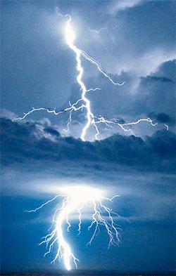 Her lyner det tvers gjennom en sky, mektig! (Foto: Wikipedia Commons)
