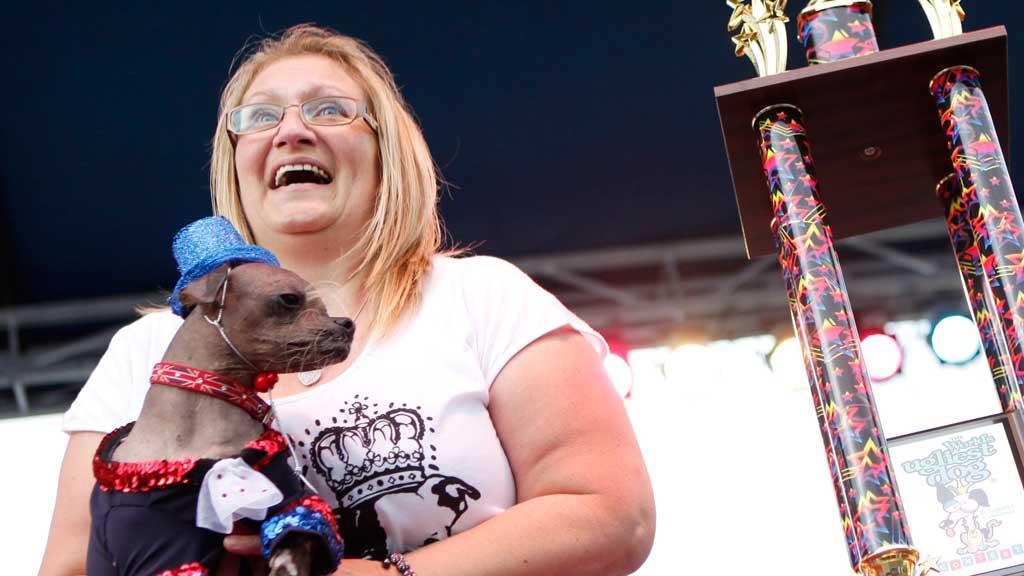 STOLT EIER: Bev Nicholson jubler da hennes kjære Mugly blir kåret til verdens styggeste hund. (Foto: Afp)