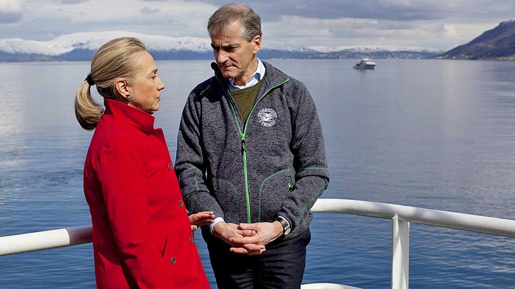 USAs utenriksminister Hillary Clinton og hennes norske kollega Jonas Gahr Støre i samtale ombord på båten Helmer Hansen i Tromsø.