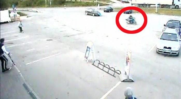 Her flykter motorsyklisten med politiet i hælene - rett over parkeringsplassen, der flere barn leker på sparkesykler. Foto: Eide handel