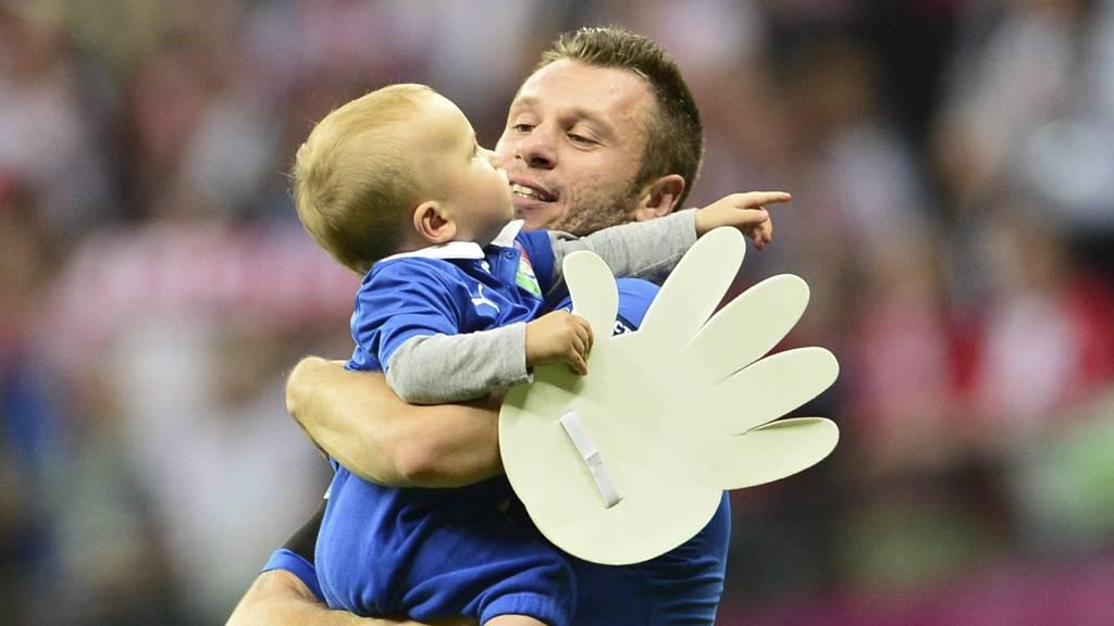Antonio Cassano og sønnen med en stor hanske (Foto: GIUSEPPE CACACE/Afp)
