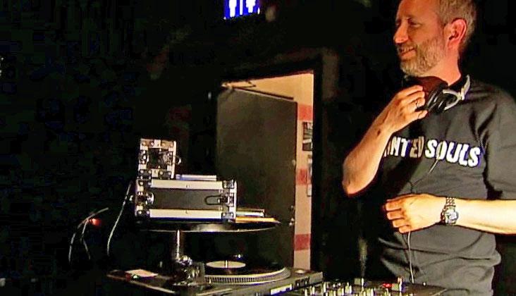 DJ BÅRDI: Bård Vegar Solhjell snurrer plater.