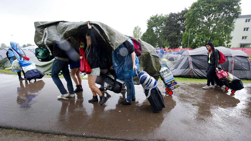 UVÆR: I det kraftige regnværet på Peace & Love-festivalen i Borlänge lød det plutselig et voldsomt tordenskrall. 15 personer trengte medisinsk tilsyn etter lynnedslaget. (Foto: Ulf Palm)