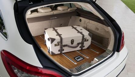 Det er mer bagasjeplass i CLS stasjonsvogn enn i firedørsversjonen.   Og tregulv som ytterligere skal understreke luksusfølelsen i bilen. Eieren   kan også bestille fem ulike interiørfarger og tre forskjellige skinntyper.