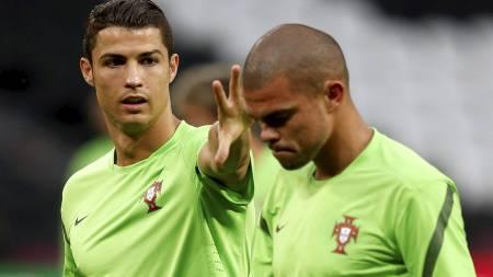 MÅ STOPPES: Cristiano Ronaldo. Her sammen med lagkamerat Pepe. (Foto: VASILY FEDOSENKO/Reuters)