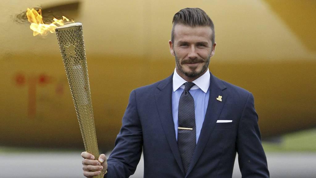 David Beckham markerte at den olympiske flammen hadde ankommet England, men får ikke være med i Storbritannias OL-tropp. (Foto: Alastair Grant/Ap)