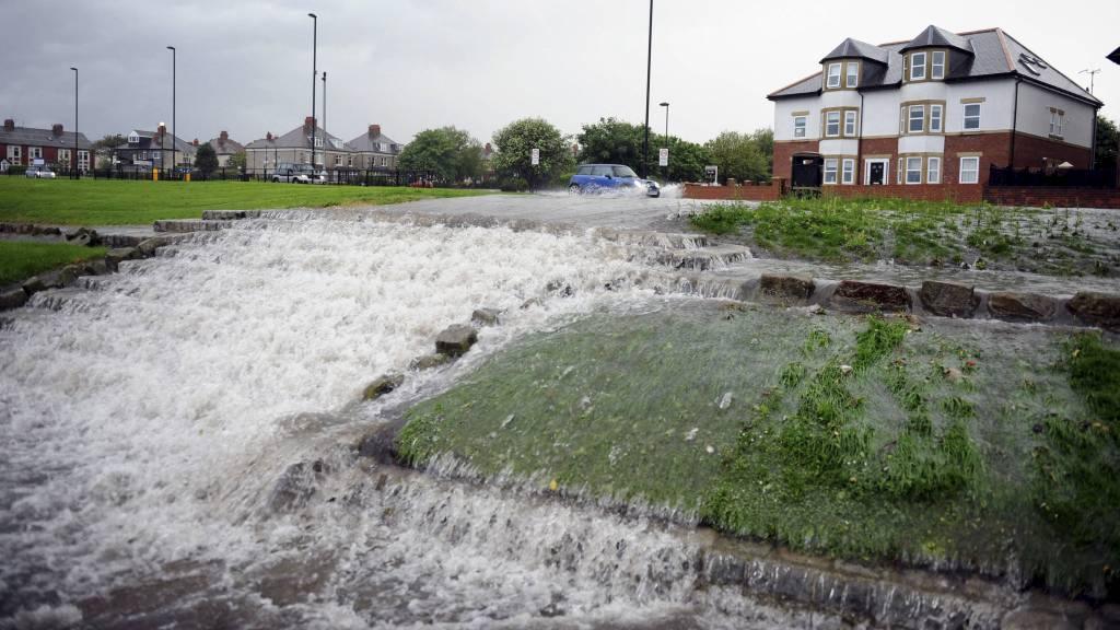 STRIE STRØMMER: Flommen rammet blant annet Newcastle-området. (Foto: Owen Humphreys/Pa Photos)