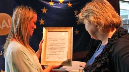 FEM ØNSKER: Leder i Europeisk Ungdom Ninni Høver overrekker fem EU-ønsker til Høyre-leder Erna Solberg. (Foto: Viktor Wiese / Unge Høyre)