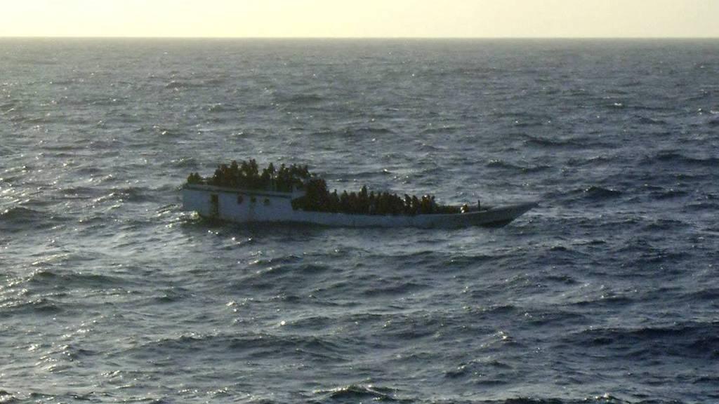 KANTRET: Dette bildet ble tatt av den australske kystvakten kort tid før båten forulykket onsdag. (Foto: HANDOUT/Reuters)