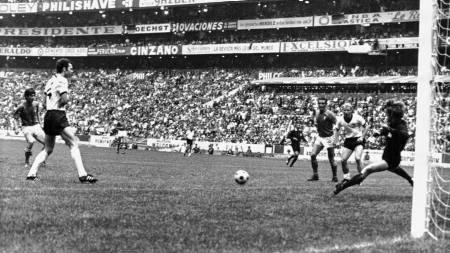 Gianni Rivera setter inn 4-3 til Italia mot Vest-Tyskland i semifinalen i VM i 1970. De andre på bildet er Franz Beckenbauer, Gigi Riva, Berti Vogts og Sepp Maier. (Foto: Foggia/Ap)