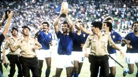 Italia feirer VM-gullet i 1982 (Foto: Scanpix/Pa Photos)