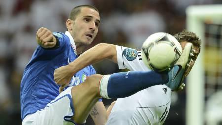 Leonardo Bonucci hadde Miroslav Klose i baklommen i kampen mellom Italia og Tyskland (Foto: JANEK SKARZYNSKI/Afp)
