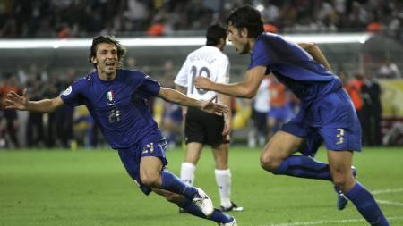 Andrea Pirlo og Fabio Grosso feirer sistnevntes scoring i VM-semifinalen i 2006. (Foto: ANDREW MEDICHINI/AP)
