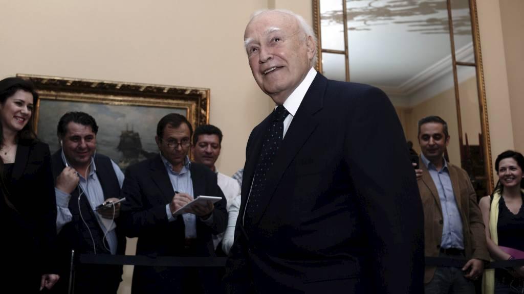 SPARER DER HAN KAN: President Papoulias reiser på billigste måte når han torsdag skal på møte i Brussel. (Foto: Aris Messinis/Ap)