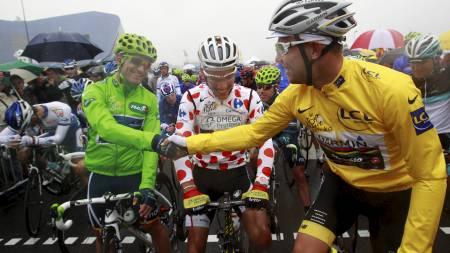 Thor Hushovd hilser på José Joaquín Rojas foran starten på fjerde etappe i Tour de France 2011. (Foto: Christophe Ena/Ap)
