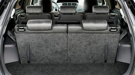 Samtlige fem seter bak forsetene kan felles ned og justeres individuelt med hensyn til ryggvinkel, og de tre i midten kan også justeres frem og tilbake. Selv med de bakerste setene oppe er det plass til drøyt 230 liter bagasje.