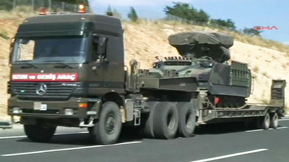 MOBILISERING: Tyrkiske styrker er på vei mot grensen til Syria.  (Foto: DHA)