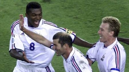 Zinedine Zidane feirer scoring i EM-semien mot Portugal i 2000. (Foto: LIONEL CIRONNEAU/AP)