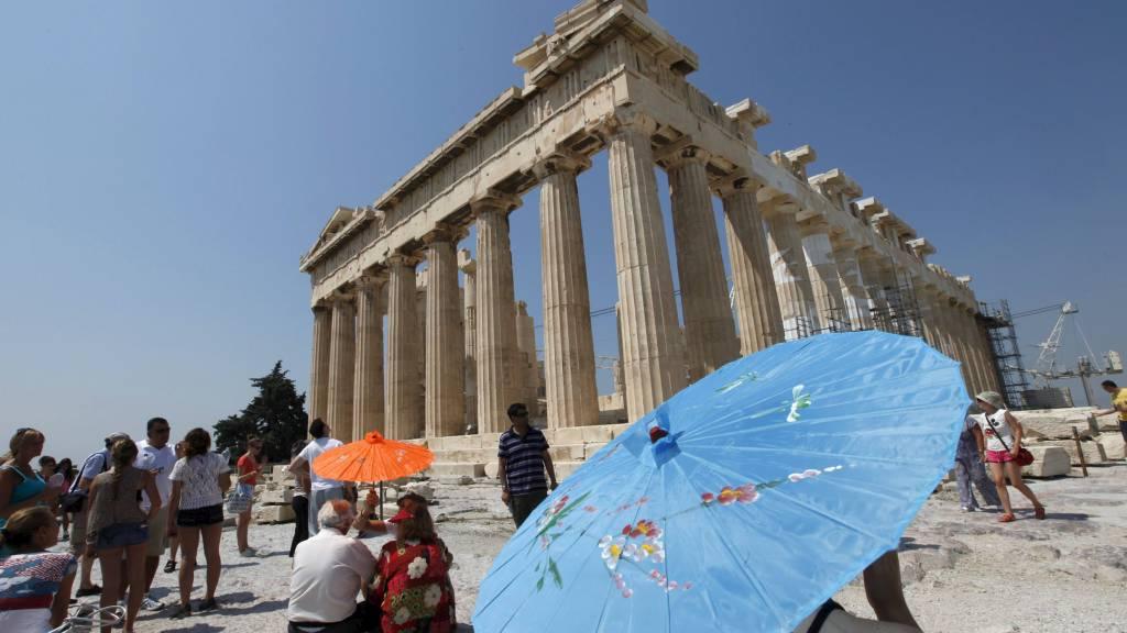 HISTORISK STED: Trolig begikk den bankansatte selvmord ved å hoppe fra den kjente Akropolis-høyden. (Foto: PASCAL ROSSIGNOL/Reuters)