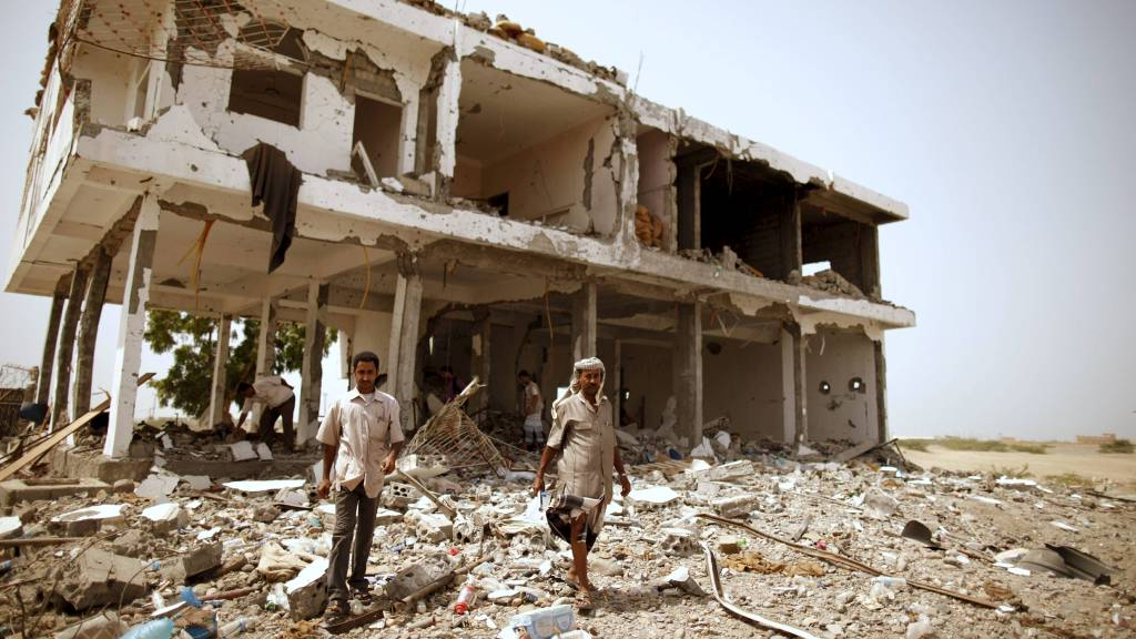 ØKT AKTIVITET I JEMEN: Etter at Osama bin Laden ble drept, har al-Qaidas innflytelse dreid fra Afghanistan og Pakistan mot andre stater, som Jemen. Denne bygningen i byen Zinjibar ble bombet under trefninger mellom regjeringsstyrker og militante fra al-Qaida i juni. (Foto: Khaled Abdullah/Reuters)