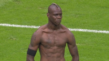 Balotelli markerer at han har scoret sitt andremot Tyskland.