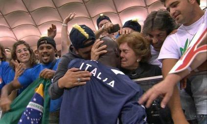 Mario Balotelli har et rørende øyeblikk med sin adoptivmor Silvia etter at han har scoret to mot Tyskland og sikret Italia finaleplass i EM. (Foto: TV 2)