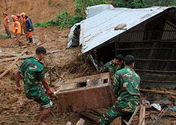 Hæren leter etter omkomne i et hus som er tatt av jordskred. (Foto: AFP PHOTO/ STR)