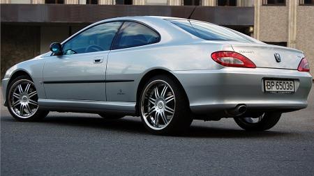 Christian har gjort mye jobb på sin sjeldne V6-motoriserte coupé. Og han synes fremdeles det er herlig å rulle ned vinduet for å høre lyden i tunneller, innrømmer han. (Foto: Privat)