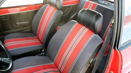 Også inne i bilen er det sportslig preg med fargerike seter der fargemønsteret fra utsiden går igjen. (Foto: Privat)