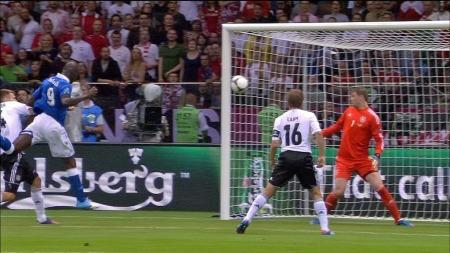 Mario Balotelli scorer mot Tyskland. (Foto: TV 2)