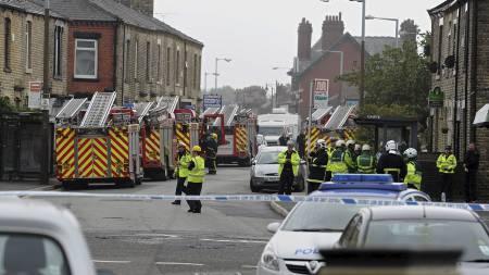 JEVNET MED JORDEN: Redningspersonell rykket ut til Shaw-distriktet i Oldham etter eksplosjonen. (Foto: PAUL ELLIS/Afp)