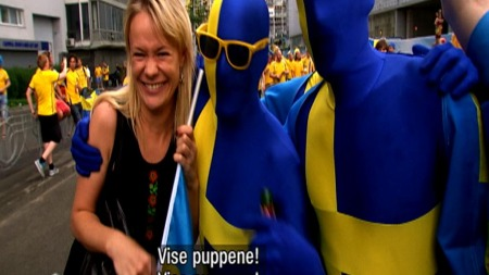 Svenske EM-fans var ikke så veldig diskre i sin tilnærming til lokalbefolkningen. (Foto: TV 2)