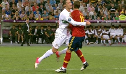 Cristiano Ronaldo stoppes kontant av Sergio Ramos. (Foto: TV   2)