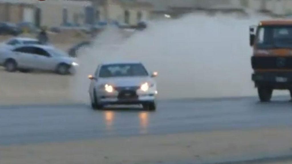VILLMANNSKJØRING: Grisekjøring på motorveien er en populær fritidsaktivitet i Saudi Arabia. Nå er en mann dømt til døden for å ha forårsaket en dødsulykke. (Foto: Scanpix)