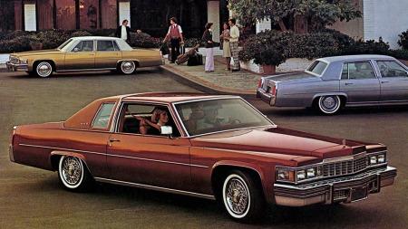 Rent bortsett fra at det er fra Cadillacs 1977-brosjyre kunne dette bildet forestilt norske Cadillac-entusiaster som pakker og gir seg avsted mot rekordforsøk i Lillestrøm på den amerikanske nasjonaldagen.