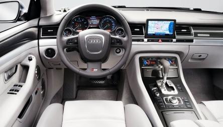 Det er lett å trives bak rattet i en Audi A8. Audi kan dette med opplevd kvalitet - og MMI-systemet som styrer stereo, navigasjon, telefon og en masse annet er noe av det mest brukervennlige du kan få tak i.