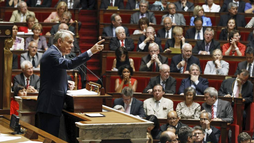 HOMOFILE FÅR ADOPTERE: Det erklærte statsminister Jean-Marc Ayrault tirsdag. (Foto: Remy de la Mauviniere/Ap)