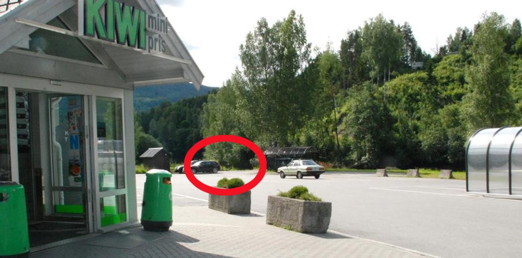 De tyske turistene som i forrige uke parkerte utenfor Kiwi i Strandgata i Åmot fant ikke igjen bilen sin da de kom ut etter handleturen. Bilen ble således meldt stjålet. Men den hadde på egenhånd rullet over parkeringsplassen og ut skråningen mellom returpunktet og trafokiosken vi ser bakerst på bildet. Foto: Thormod R. Hansen