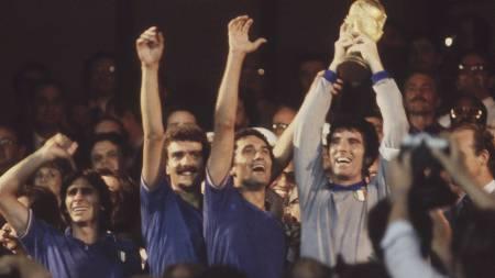 FINALEKAPTEIN: I 1982 var det Dino Zoff som tok imot VM-trofeet etter finalen. (Foto: Scanpix/Ap)